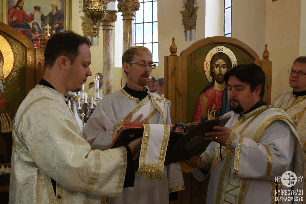 Gajdos László az Evangéliumot olvassa