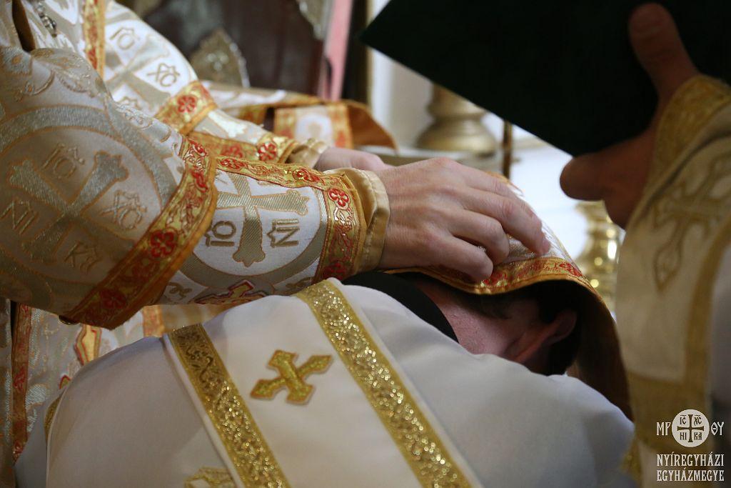 Gajdos Lászlót áldozópappá szentelte Orosz Atanáz püspök atya