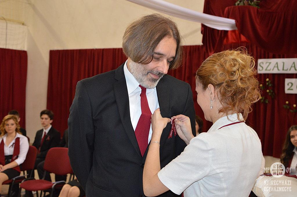 Tamás István igazgató úrnak is feltűzték a szalagot