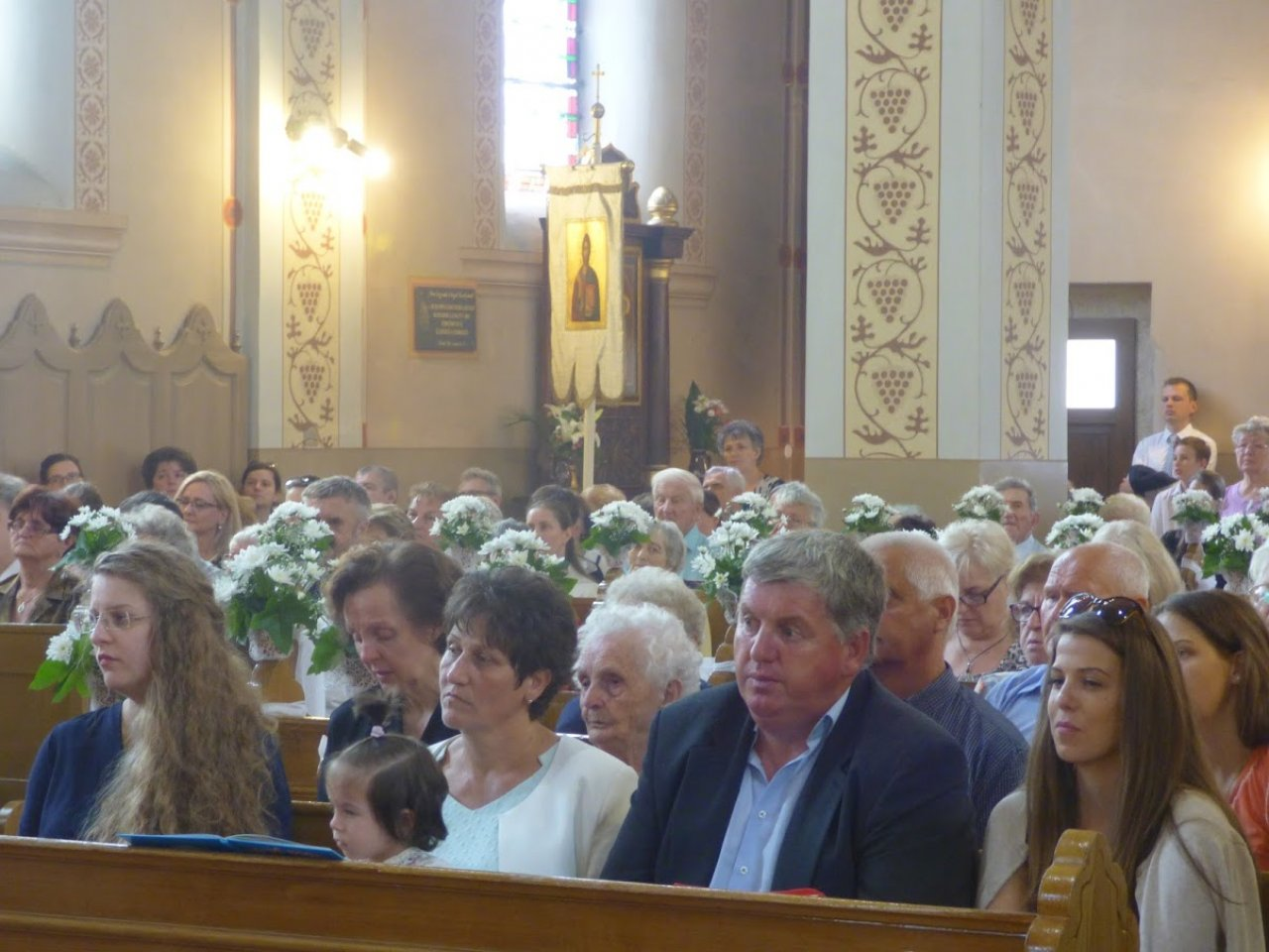 diakónusok az oltár előtt