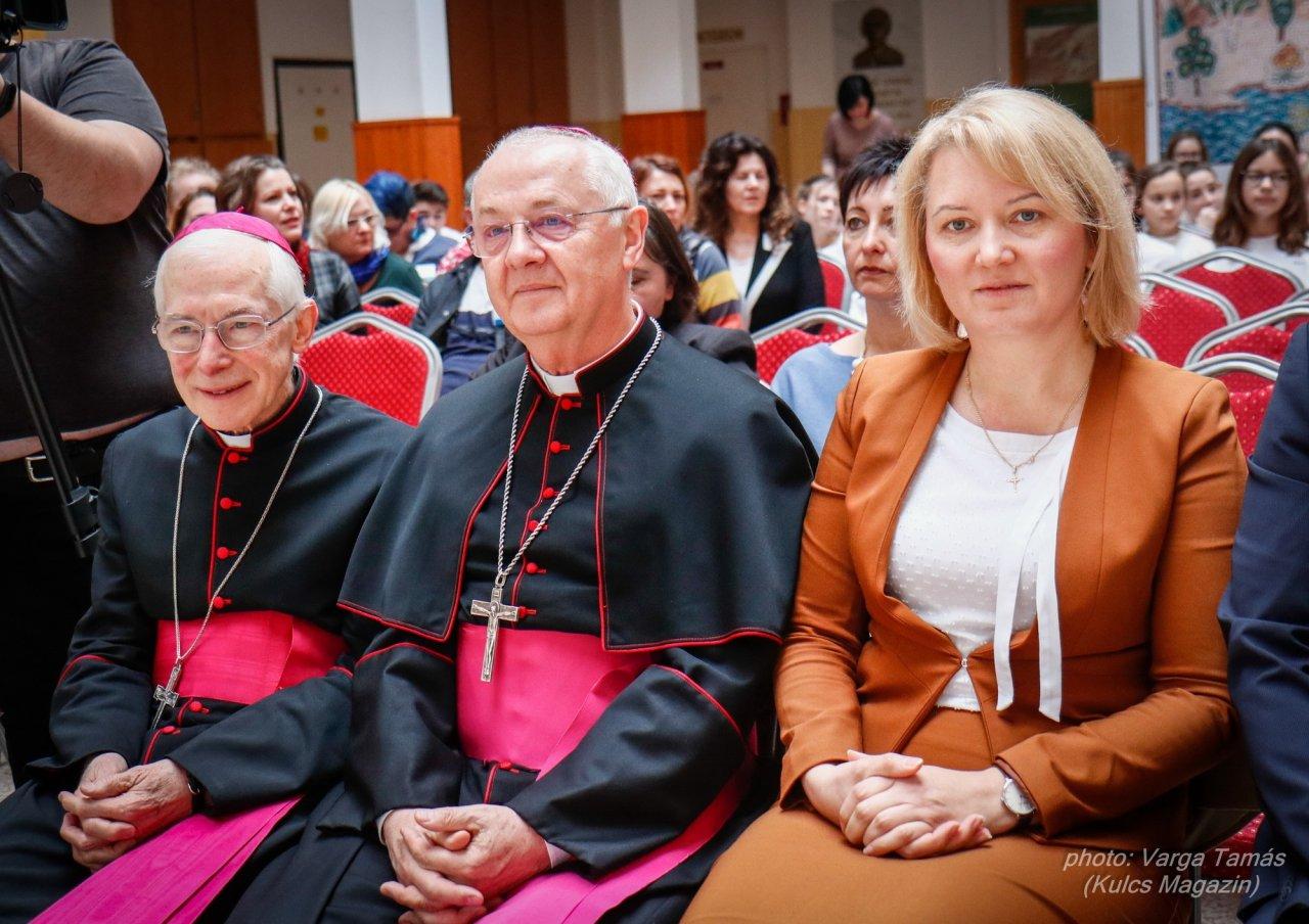csoportkép a nunciussal